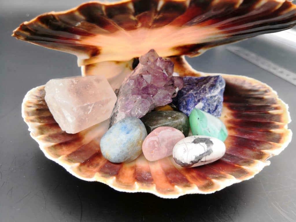 coquille saint jacques aux pierres précieuses et aux pierres semi-précieuses énergétiques